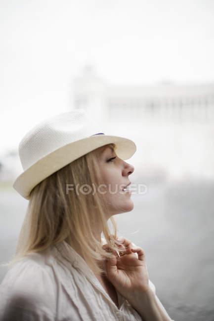 Женщина в шляпе Панамы . — стоковое фото