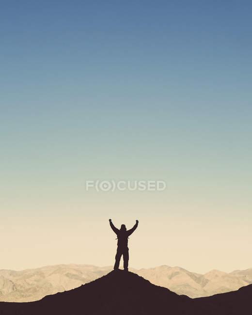 Randonneur debout sur la colline — Photo de stock