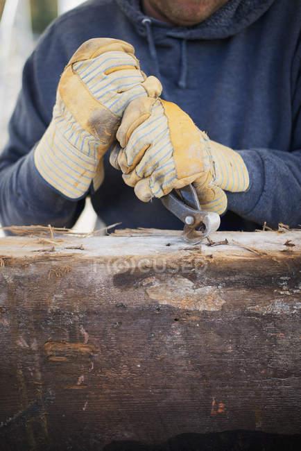 Uomo che prepara il legname — Foto stock