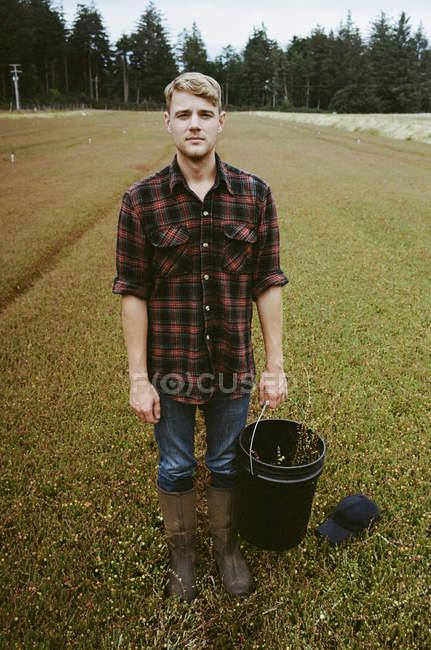 Молодий чоловік, що працюють на землі — стокове фото