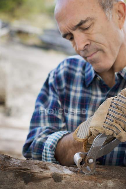 Чоловік готує деревини — стокове фото