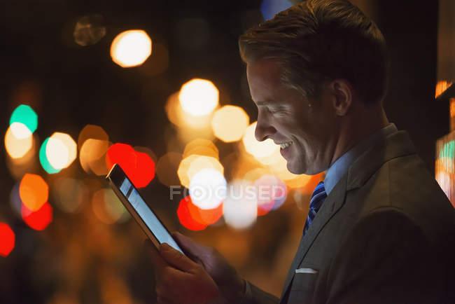 Homem em uma cidade à noite — Fotografia de Stock
