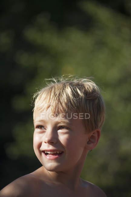 Bambino che osserva sopra le sue spalle — Foto stock