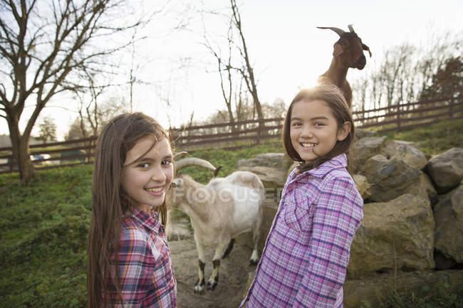 Giovani ragazze presso un rifugio per animali. — Foto stock
