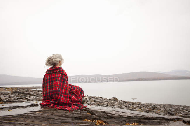 Woman looking out over the water — Stock Photo
