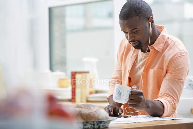Homem no bar, café da manhã com chá — Fotografia de Stock