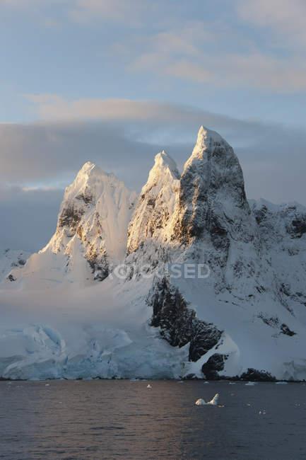 Alba sulla cima delle montagne — Foto stock