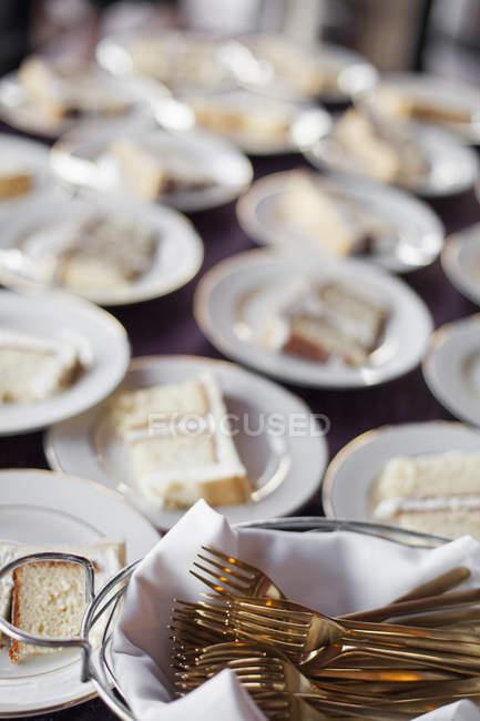 Tavola imbandita con piastre — Foto stock
