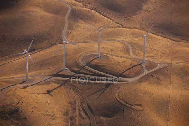 Generatori di vento attraverso il paesaggio — Foto stock