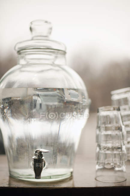 Water in a large clear glass container. - foto de stock