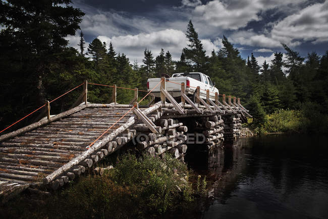 Ponte di legno con autocarri leggeri — Foto stock