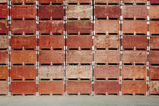 Grande pila di scatole di frutta — Foto stock