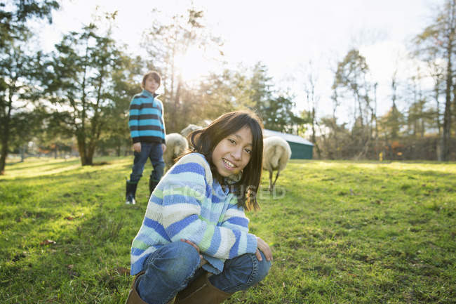 Two children at an animal sanctuary — Stock Photo
