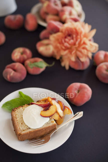Peach cake with a serving of creme fraiche — Stock Photo