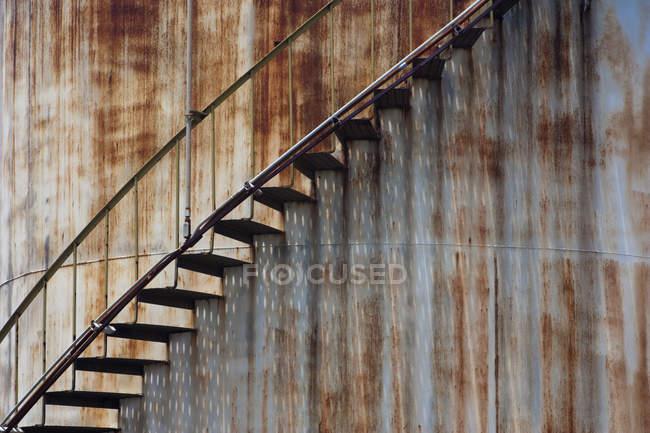Escalera en una estructura de hierro aherrumbrar - foto de stock