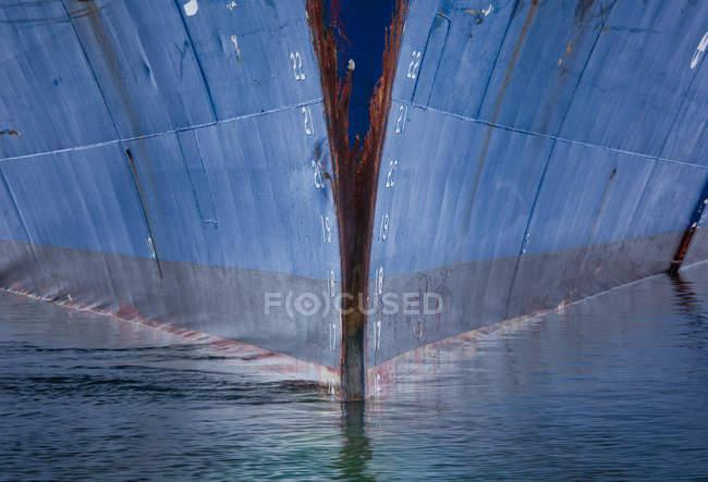 Casco de barco en el agua - foto de stock