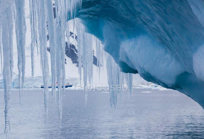 Pingentes pendurados iceberg — Fotografia de Stock