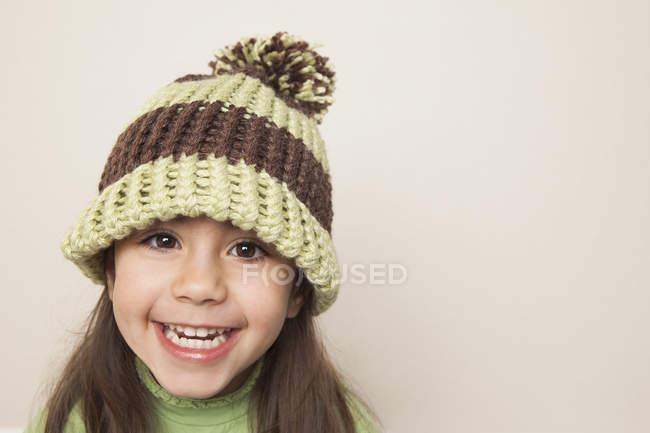 Дівчина з в'язаною капелюхом з пом пом. — стокове фото