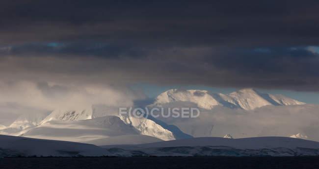 L'Antarctique. Sommets enneigé — Photo de stock