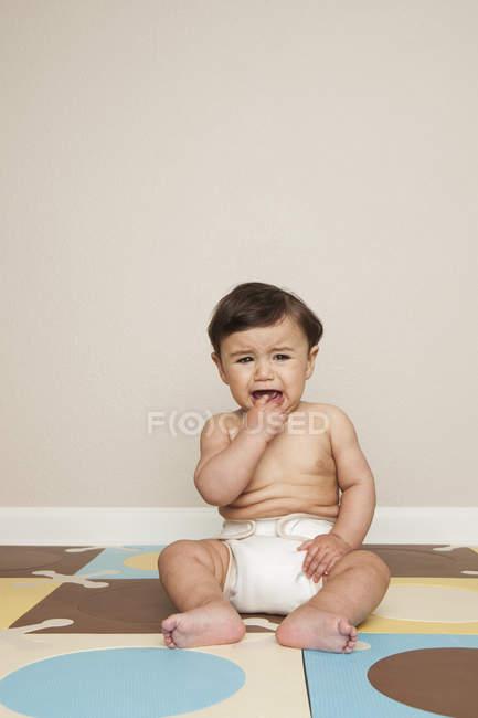 Мальчик в пеленки плача. — стоковое фото