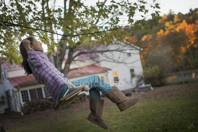Niño sentado en un columpio . - foto de stock