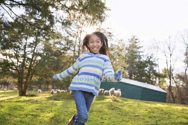 Mädchen in einem blauen stripey Top laufenden — Stockfoto