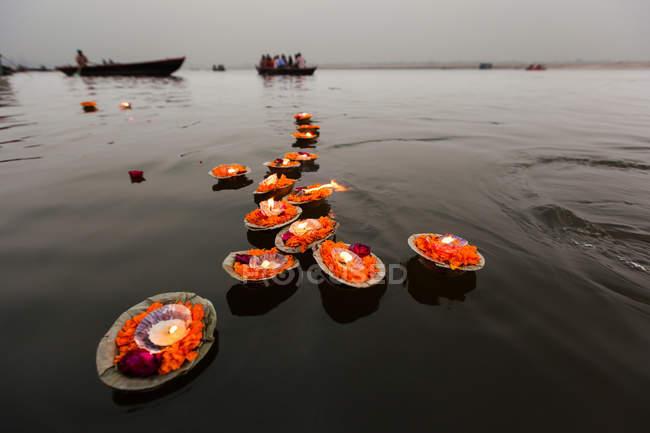 Kerzen in den Ganges schweben — Stockfoto
