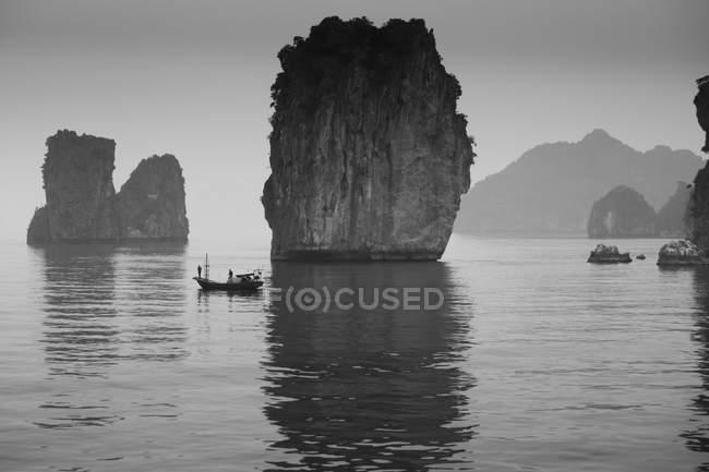 Рибалок в човні в озеро — стокове фото