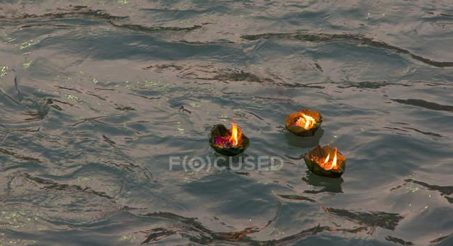 Kerzen auf dem Wasser Kumbh Mela — Stockfoto