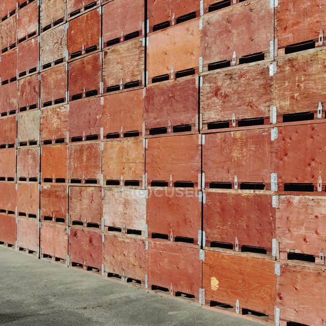 Gran pila de cajas de frutas - foto de stock