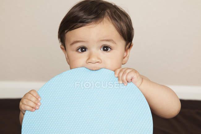 Мальчик жевал большой диск — стоковое фото