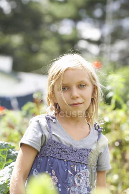 Junges Mädchen im Garten — Stockfoto