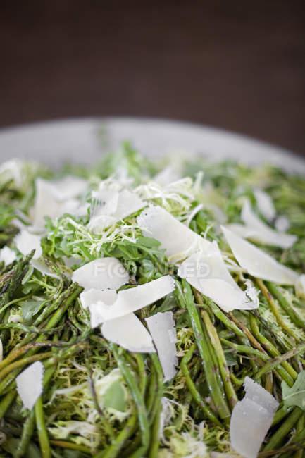 Espargos grelhados e salada Frise — Fotografia de Stock