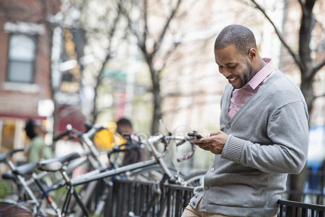 Man using phone in the city — Stock Photo