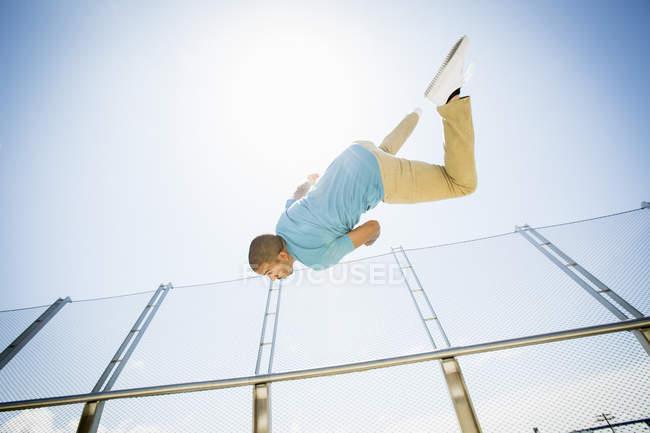 Hombre volando en un puente . - foto de stock