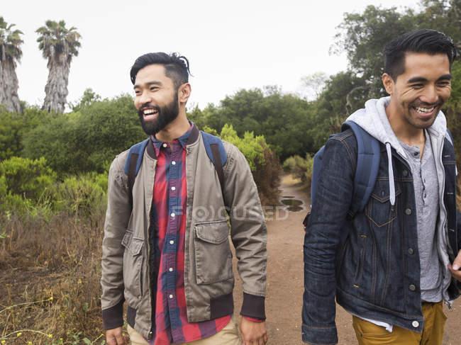 Uomini che camminano in un parco . — Foto stock