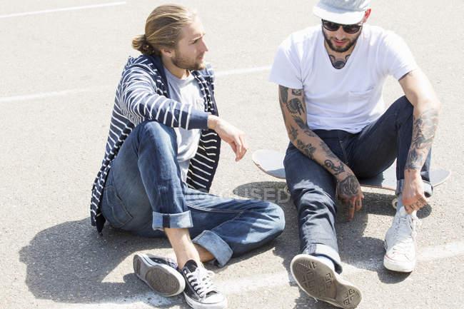 Homens sentados no chão — Fotografia de Stock