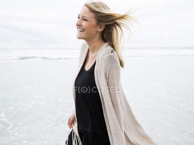 Женщина, гуляющая по пляжу — стоковое фото
