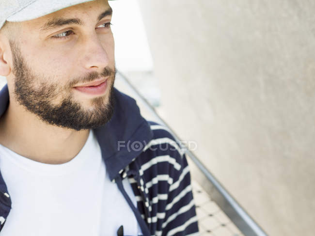 Улыбающийся молодой человек . — стоковое фото