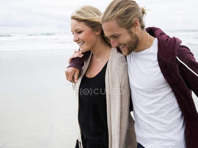 Пара прогулок по пляжу — стоковое фото