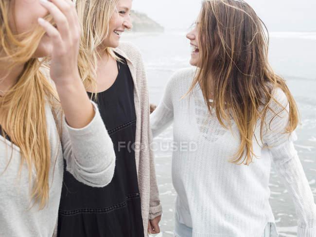 Women walking on a beach. — Stock Photo