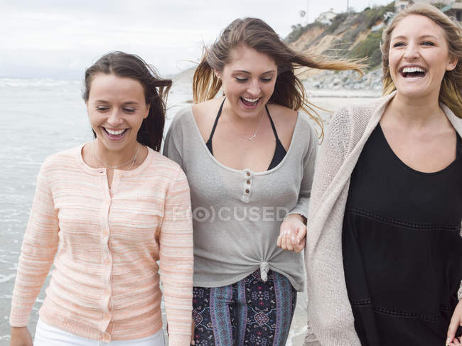 Women walking on a beach. — Stock Photo