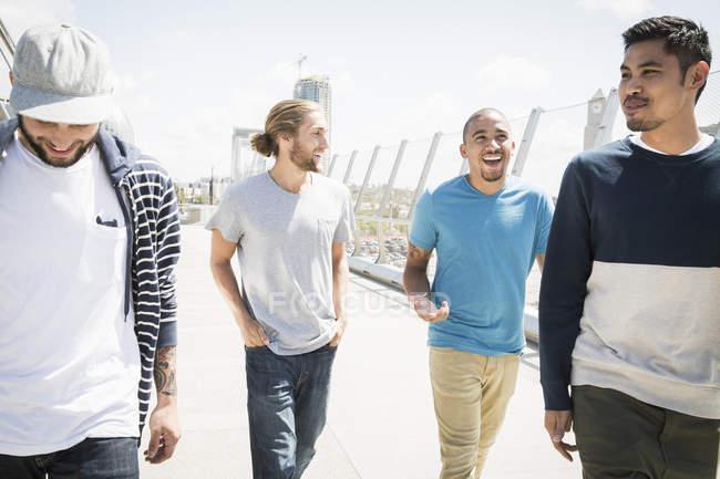 Чоловіки, гуляючи по мосту. — стокове фото