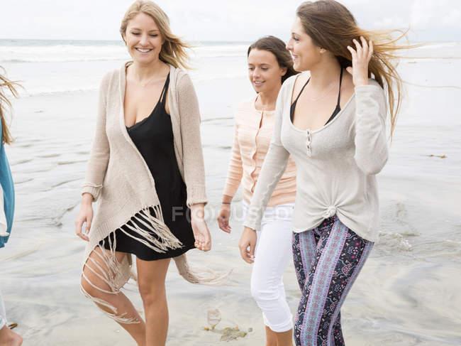 Donne che camminano su una spiaggia . — Foto stock