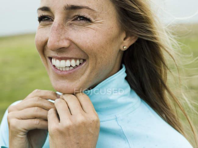 Jovencita sonriente. - foto de stock