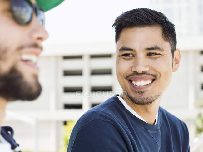 Due giovani sorridenti . — Foto stock