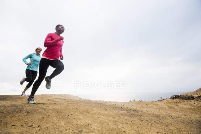 Жінки пробіжки вздовж узбережжя. — стокове фото