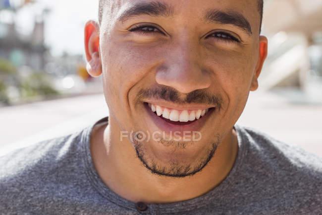 Sorridente giovane uomo . — Foto stock