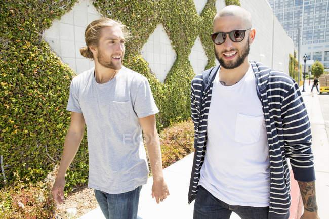 Uomini che camminano lungo un sentiero . — Foto stock