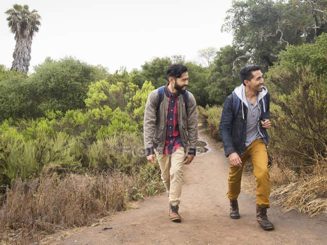 Homens andando em um parque . — Fotografia de Stock
